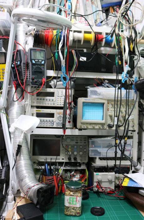 書斎の電子工作机コーナーの一部