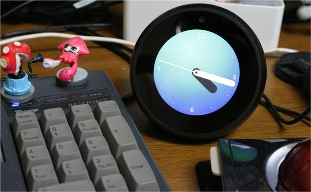 Echo Spotは、普段は時計として機能する