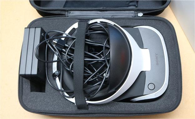 PlayStation VRをキャリングケースにいれるところ