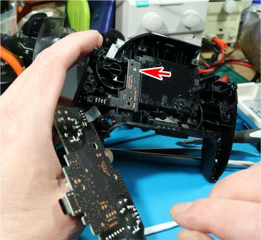 バッテリー基板をとめるネジ