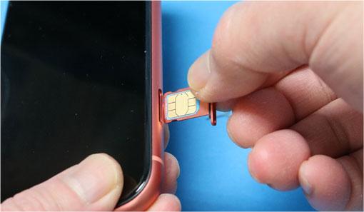 iPhone XR にUIMカードを入れる