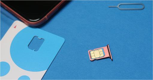 iPhone XR UIMカードをトレーにいれる