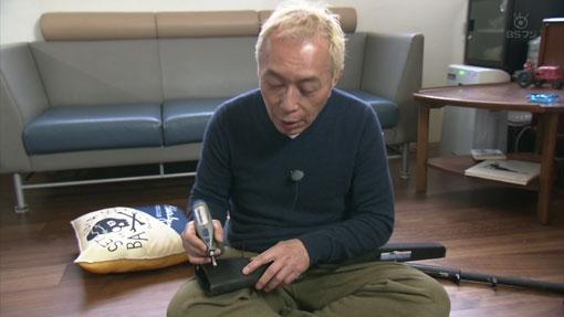 世田谷ベースで、ドレメルのリューターでプラのストックに木目を付けている