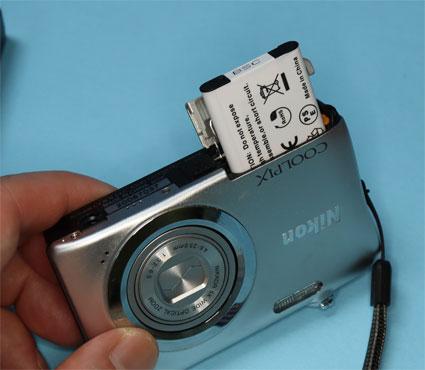 Nikon EN-EL19互換バッテリーをA100にいれる