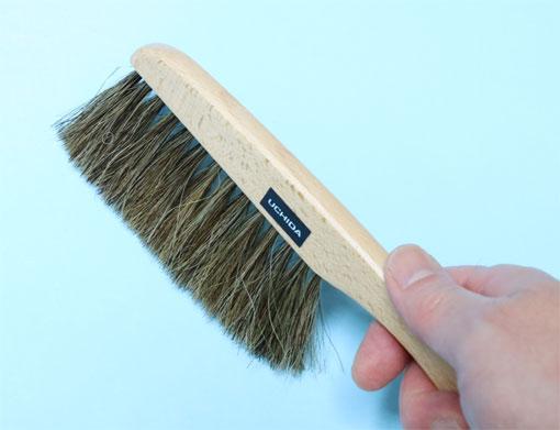 紙の表面のゴミをはらう刷毛