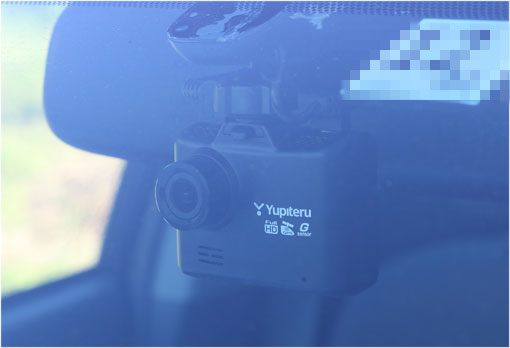 WD300をフロントガラスに貼り付けた状態