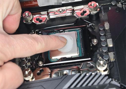 熱伝導シリコンをCPUに塗る