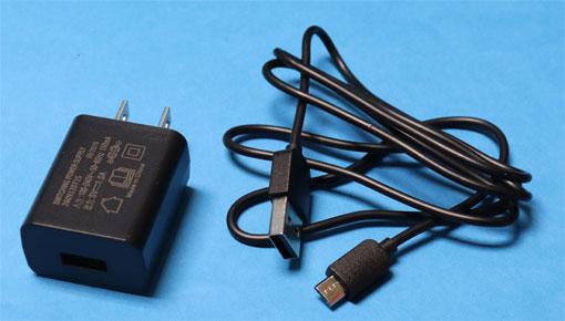 PushDrive 付属のUSB充電器とmicrobケーブル