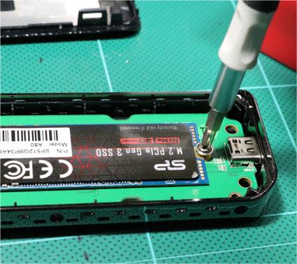 SSDケースに m.2 NVMe SSDを取り付け ネジをしめる