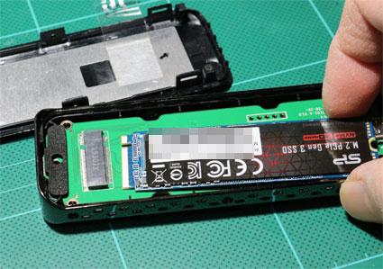 SSDケースのm.2 スロットに SSDを差し込む