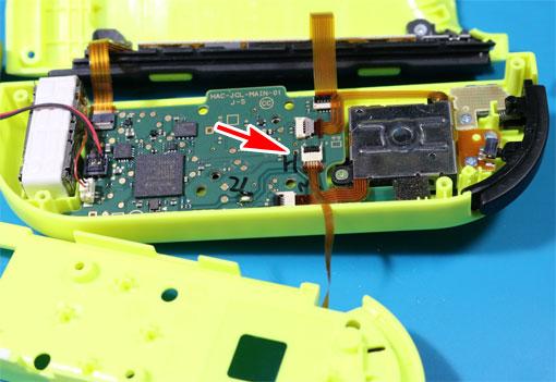 ZLボタンのケーブルをコネクタに差し込んで戻す