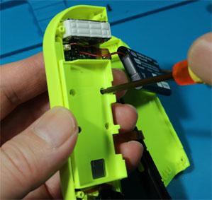 ジョイコンのバッテリーケースのネジを外す