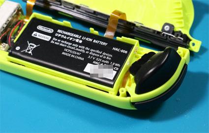 バッテリーをジョイコンのケースに戻す