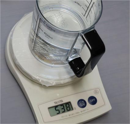 計量カップ C-8622に水を満杯したら 538ml前後