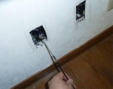 CD配管に通線ワイヤーを通して、向こう側まで出す