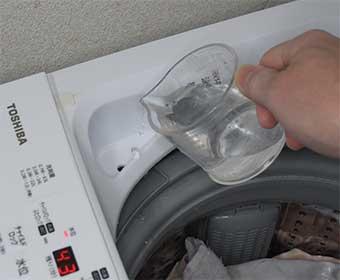液体洗剤投入口に水を少しかけて流す