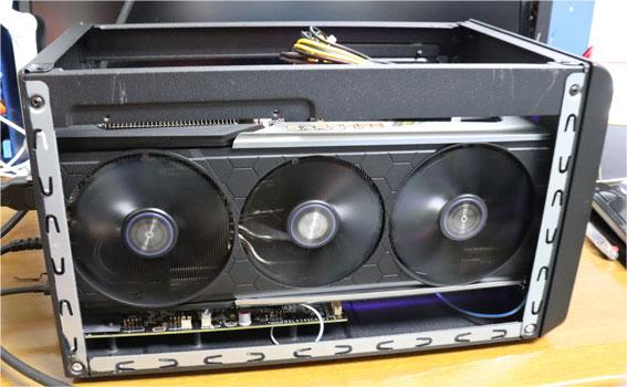 Sonnet eGFX Breakaway Box 550W のカバーを外して、SAPPHIRE RX5700XTのファンの回る状態