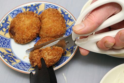 調理バサミでメンチカツを切る