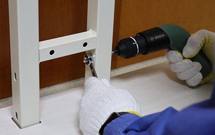 UTS-W75 背板パネルを底板の支柱に取り付ける