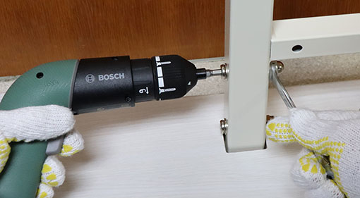 UTS-W75 背板パネルを底板につけるボルトをしめる