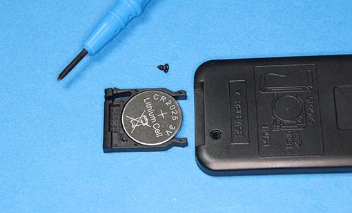 RS-HDSW42-4Kのリモコンの電池は、CR2025