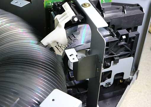 XL-MC334のCDプレーヤ部分でCDが途中でとまっている