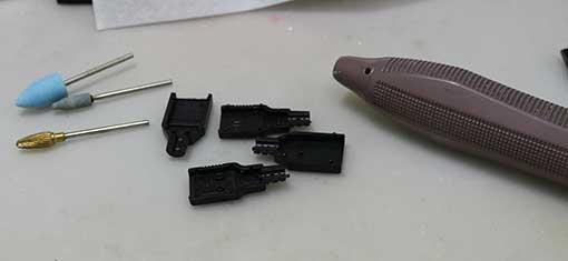 リューター(マイクロモータ)で、USBプラグのカバーを加工する