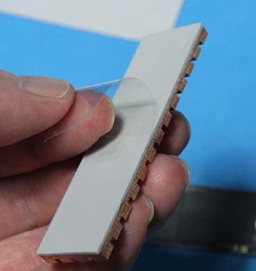 M.2 SSDヒートシンクの粘着テープのフィルムをはがす