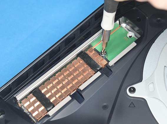 PS5 M.2 SSD の取りつけ ネジで固定する