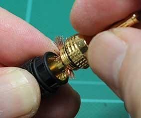 スピーカーケーブルをバナナプラグに取りつける ほぐした線をうまく ネジ内にいれる